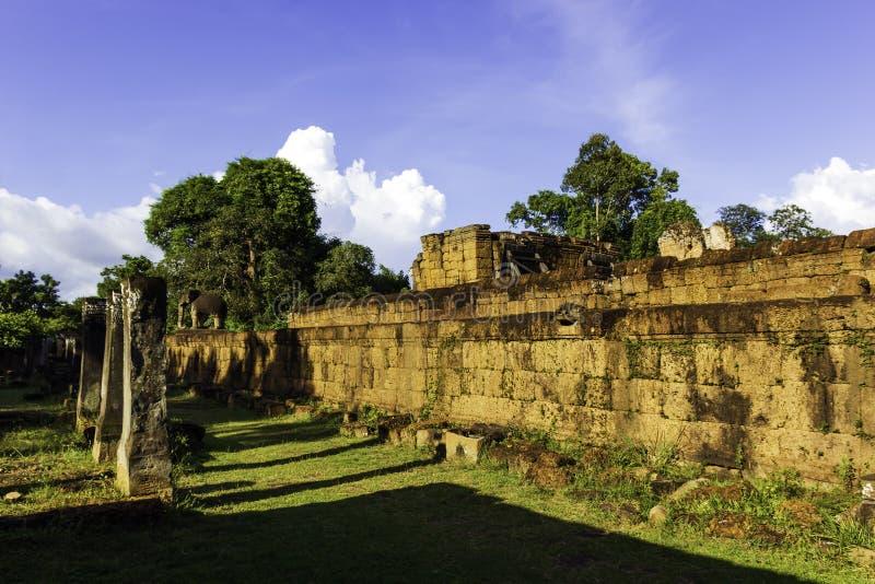 Temple antique de ruine avec le ciel bleu photos libres de droits