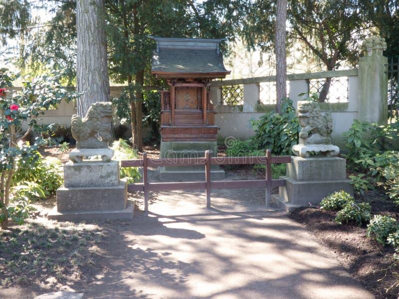 Temple asiatique dans un jardin de l'Asie avec les lions en pierre dans l'avant photographie stock libre de droits