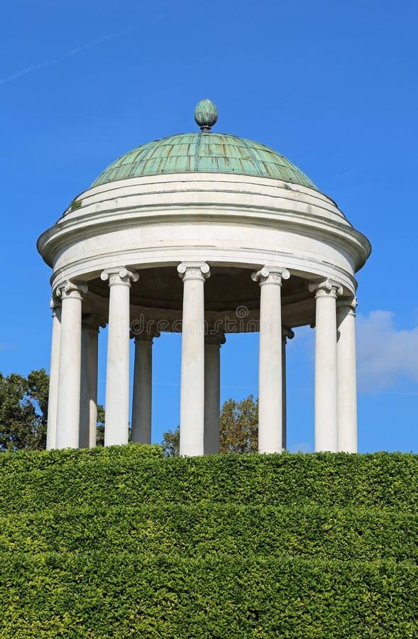 Temple avec des colonnes néoclassiques et un dôme photos libres de droits