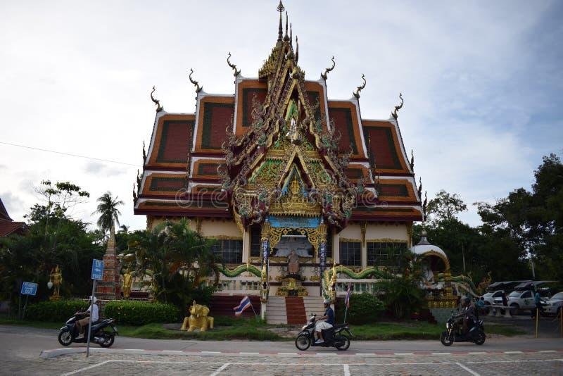 Temple avec des scooters, samui de KOH photos stock