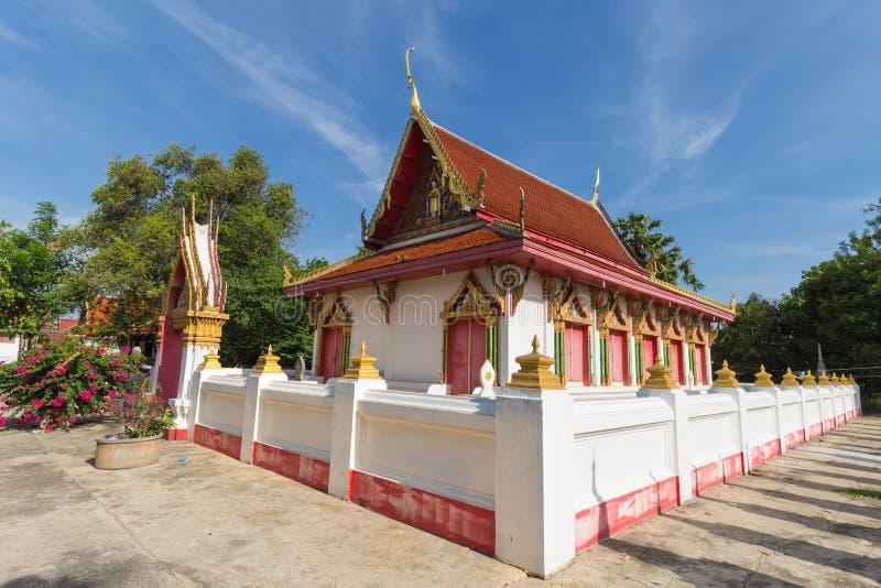 Temple avec l'arbre et le ciel bleu images libres de droits