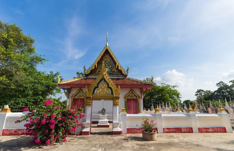 Temple avec l'arbre et le ciel bleu images stock