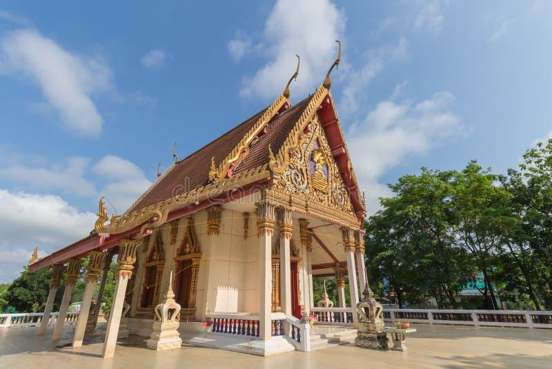 Temple avec l'arbre et le ciel clair photographie stock