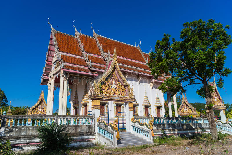 Temple avec l'arbre et le ciel clair image libre de droits