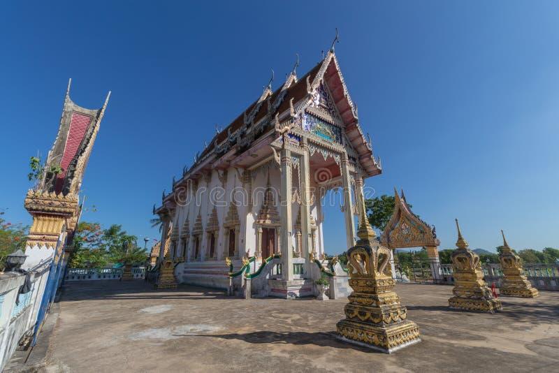 Temple avec l'arbre et le ciel clair image stock