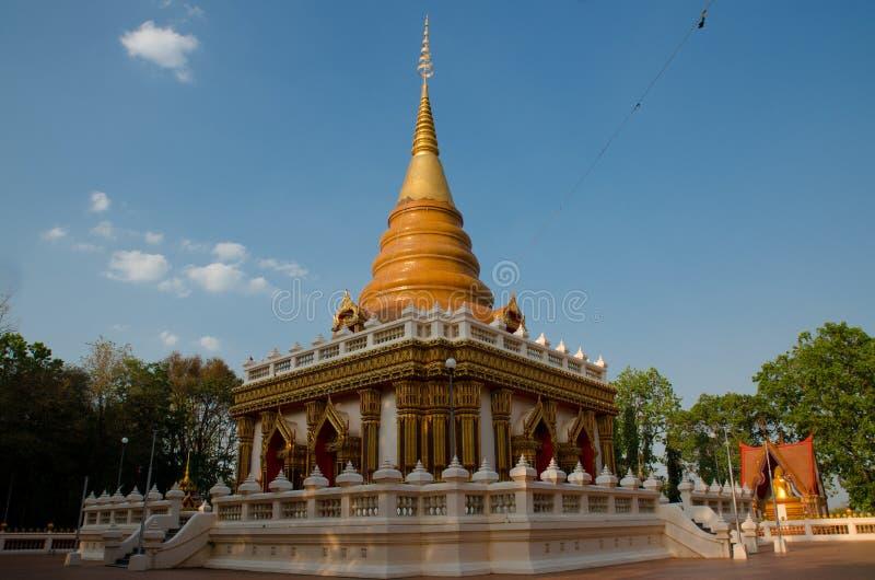 Temple avec le ciel bleu image stock