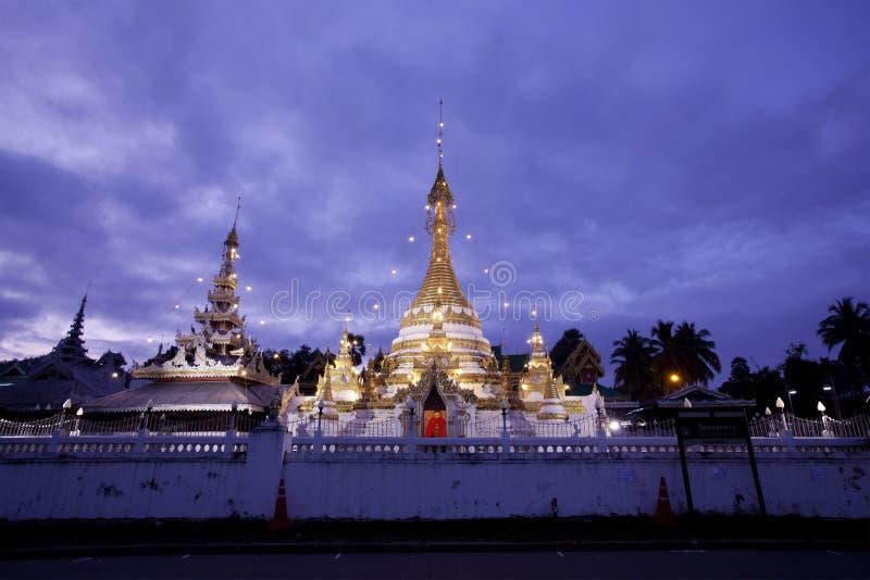 Temple avec le crépuscule photographie stock