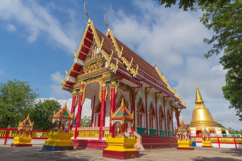 Temple avec le fond d'arbre et de ciel photos stock