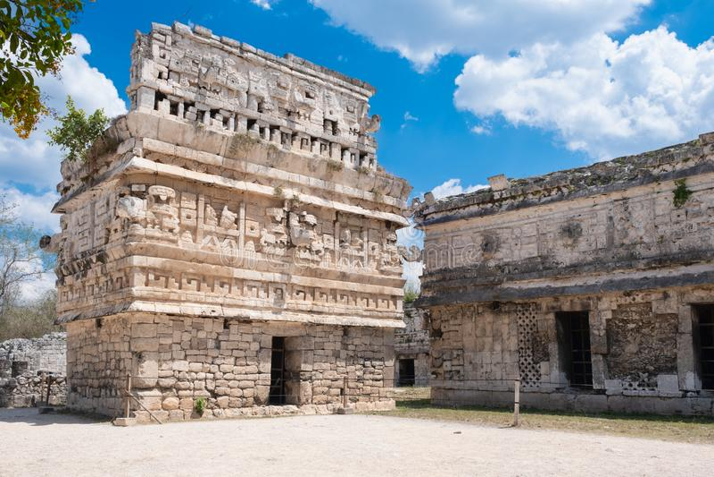 Temple avec les découpages élaborés à la ville maya antique de Chichen Itza au Mexique photos stock