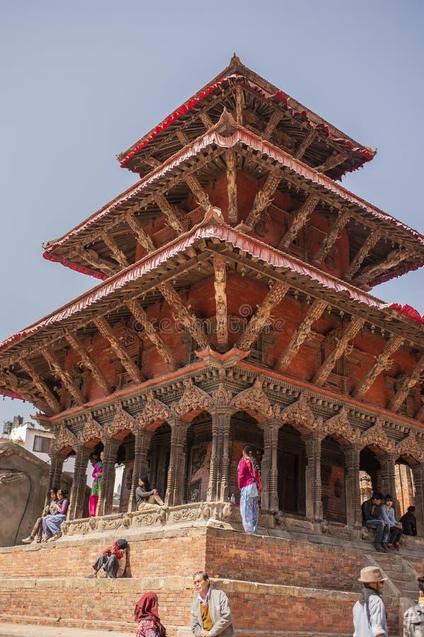Temple avec les jeunes sur des étapes, place de Durbar, Katmandou, Népal Mars 2014 images stock