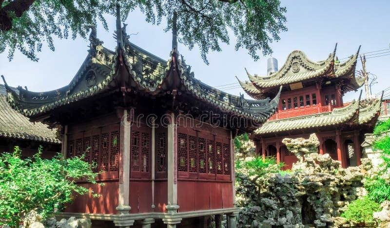 Temple, bâtiments de chinois traditionnel et roches rouges aux jardins de Yu, Changhaï, Chine photo libre de droits