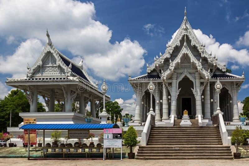 Temple blanc de Wat Kaew Korawaram dans la ville de Krabi photos stock
