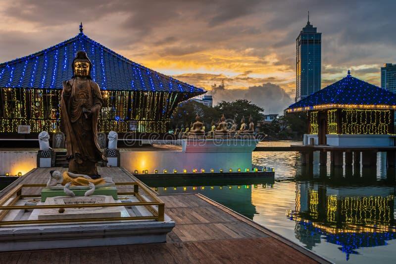 Temple bouddhiste ? Colombo, Sri Lanka au coucher du soleil photo libre de droits
