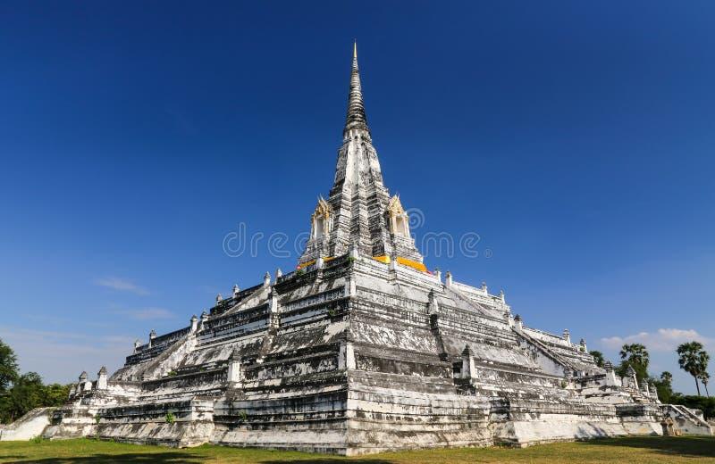 Temple bouddhiste de Wat Phu Khao Thong dans l'interdiction Pom, Ayutthaya, Thaïlande images libres de droits