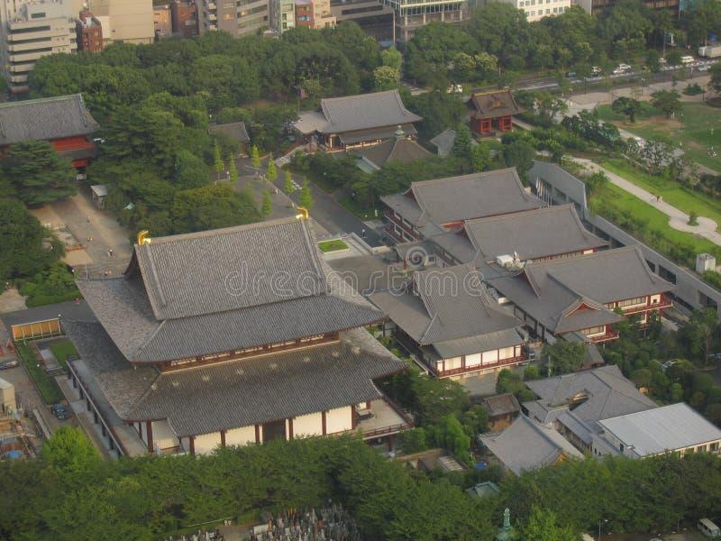 temple bouddhiste de Zojo-JI de ci-dessus au centre de la ville de Tokyo photos libres de droits