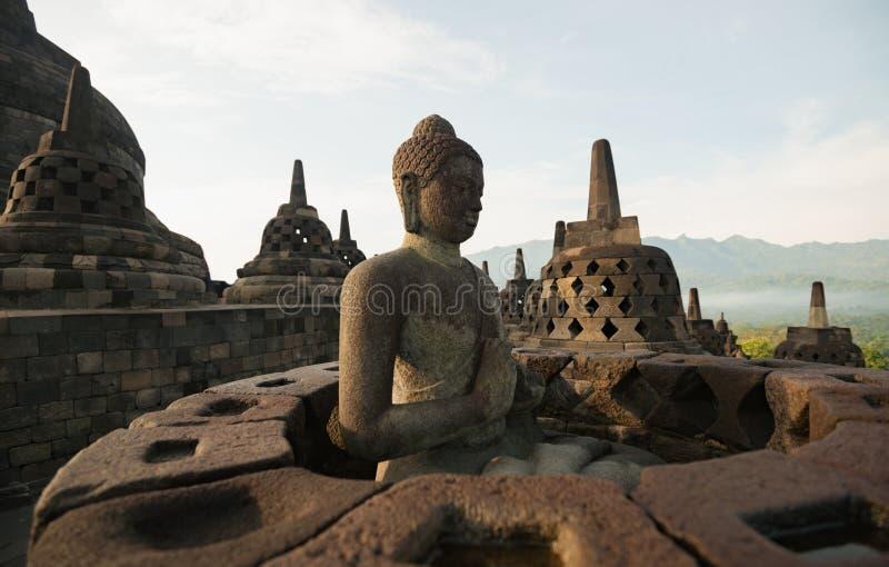Temple bouddhiste et statue de Bouddha image libre de droits