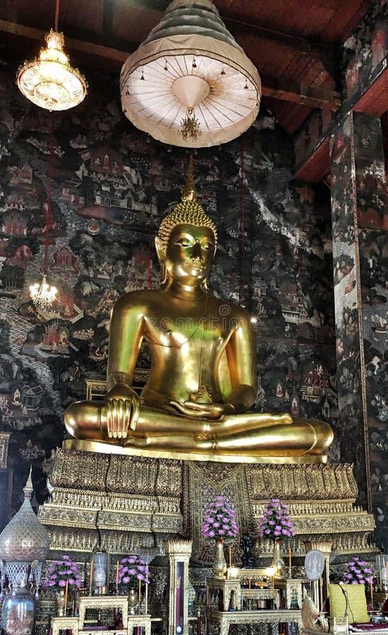 Temple bouddhiste et statue en Thaïlande photo libre de droits