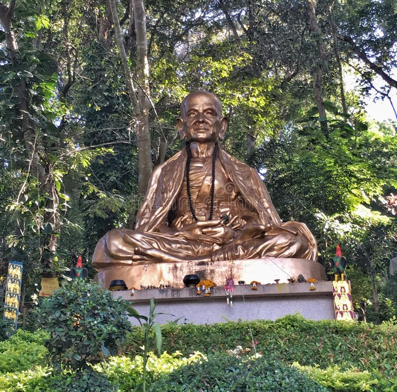 Temple bouddhiste et statue en Thaïlande image libre de droits