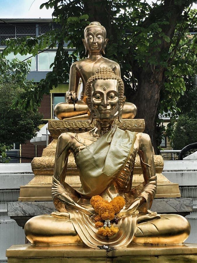 Temple bouddhiste et statue en Thaïlande images libres de droits