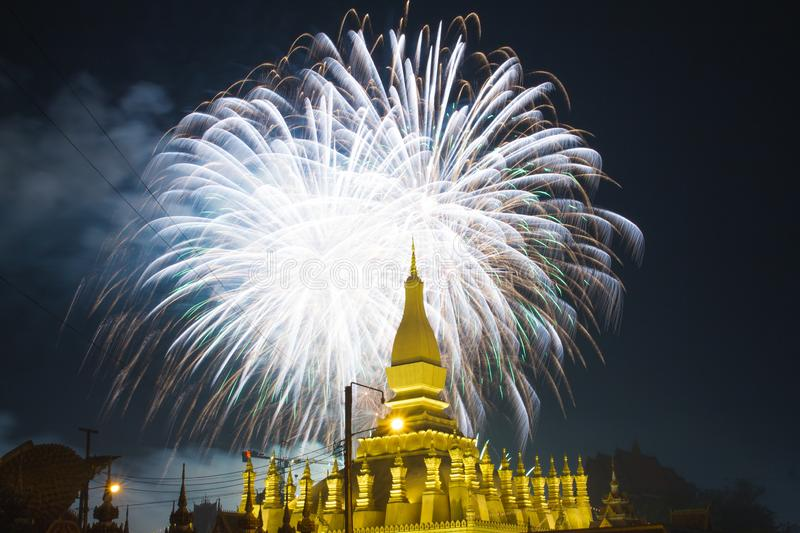temple bouddhiste montré par feu d'artifice de behide à Vientiane, PDR laotien photo stock