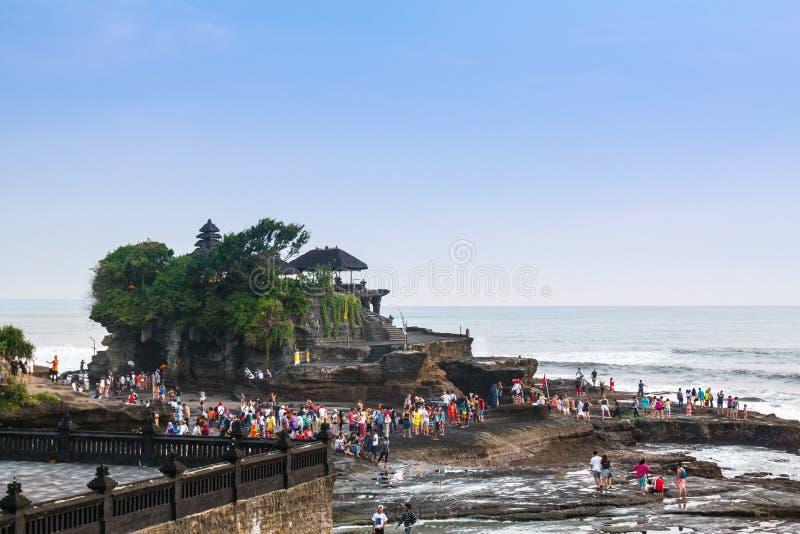 Temple célèbre de sort de Tanah en île Indonésie de Bali avec beaucoup de personnes photographie stock libre de droits