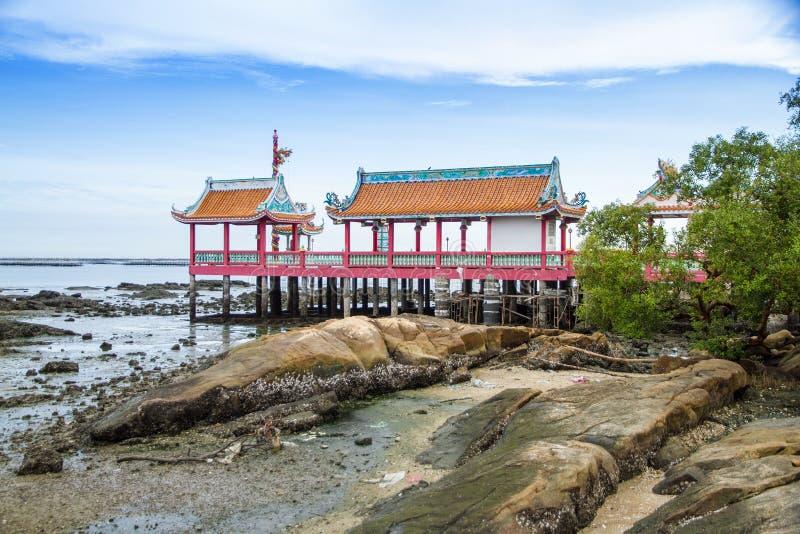 Temple chinois à l'intérieur de la mer image stock