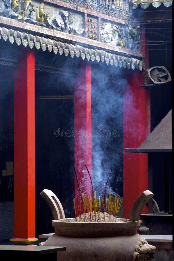 Temple chinois rempli par fumée photo stock