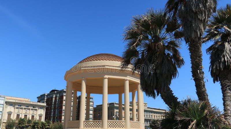 Temple circulaire de belvédère de la musique près de la terrasse de Mascagni Le petit bâtiment est construit près de la mer et de images stock