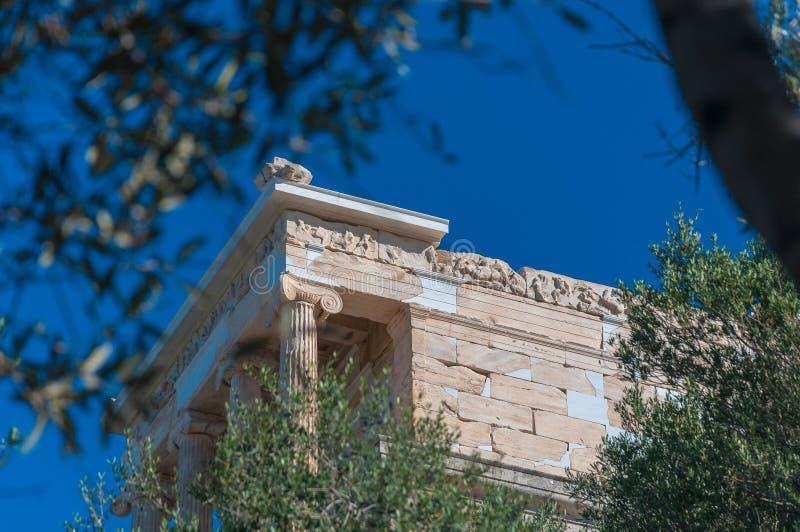 Temple d'Athena Nike dans l'Acropole piaulant par les feuilles des arbres photographie stock libre de droits