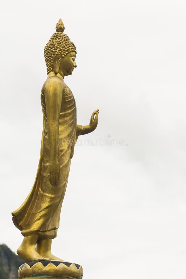 Temple d'avant de statue de Bouddha d'or photo stock