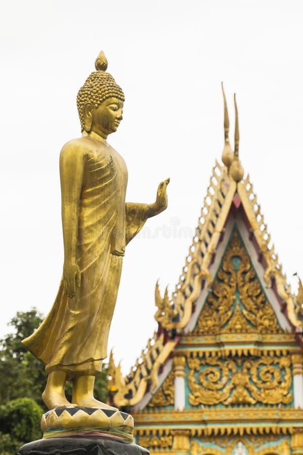 Temple d'avant de statue de Bouddha d'or image libre de droits