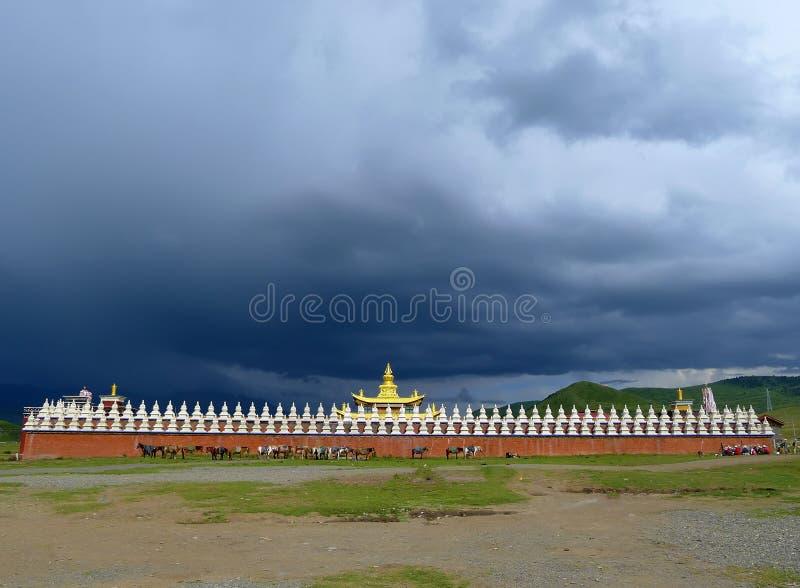 Temple d'or avec nuageux image stock