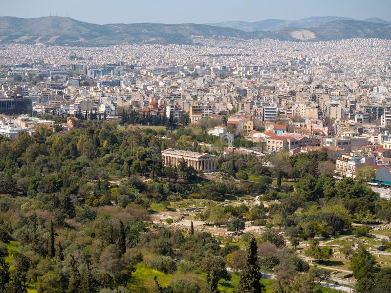 Temple d'Hephaestus parmi les arbres d'Athènes photographie stock