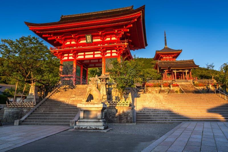 temple d'Otowa-San Kiyomizu-dera le soir images stock