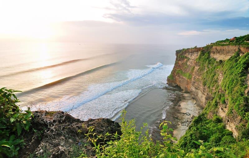 Temple d'Uluwatu au temps de coucher du soleil sur l'île de Bali en Indonésie photographie stock libre de droits