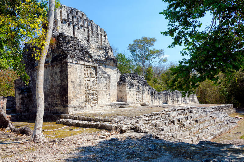 Temple dans des ruines maya de Chicanna image stock