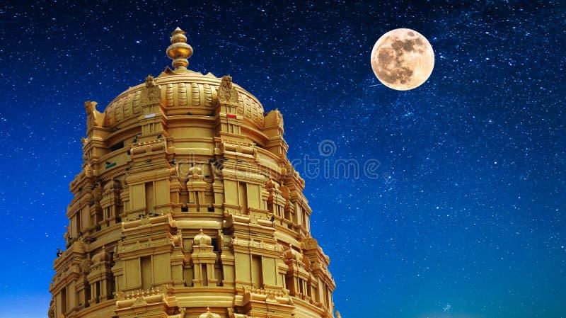 Temple dans le clair de lune photographie stock