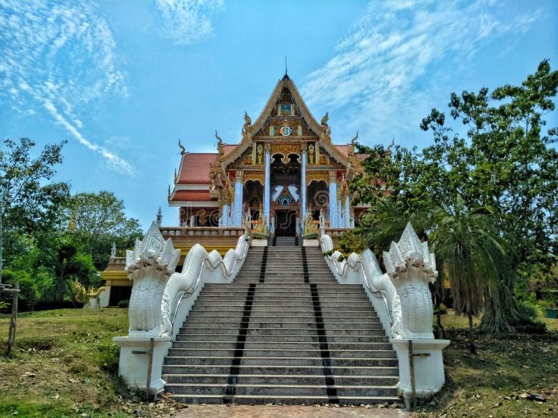 Temple dans Pra qui temple de Phuan de coup dans la province de Nong Khai de la Thaïlande avec le fond de cieux bleus image stock
