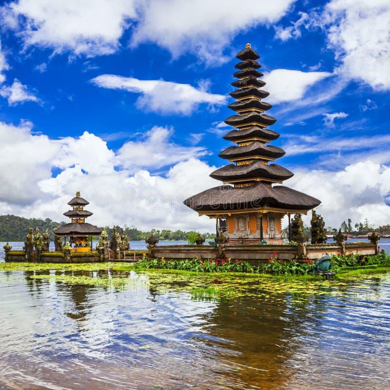 Temple de Balinese sur le lac photos stock
