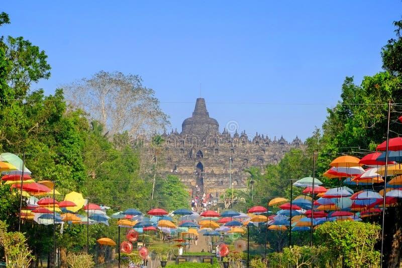 Temple de Borobudur avec le beau jardin photographie stock libre de droits
