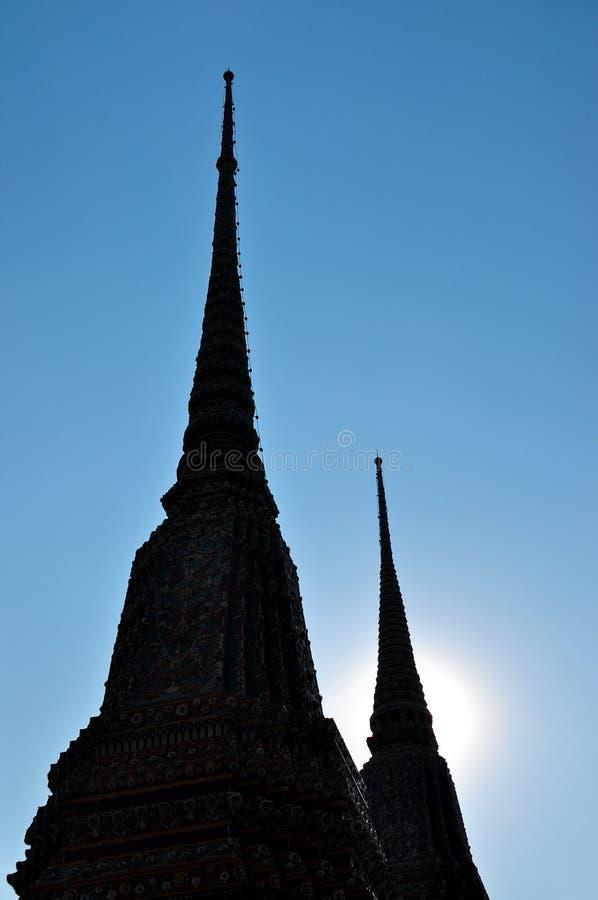 Temple de Budhist de silhouette avec le ciel bleu images stock