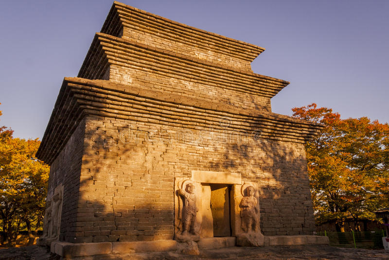 Temple de Bunhwangsa, Corée du Sud, pendant l'heure d'or photo libre de droits