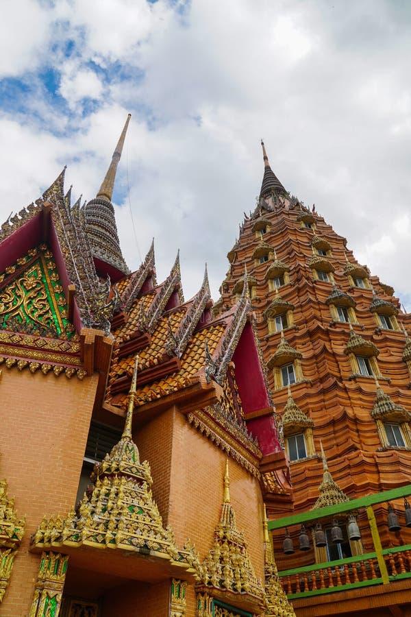 Temple de caverne de tigre, sua de tham de wat, grande image de Bouddha, stupa, pagoda par la montagne, Thaïlande photographie stock libre de droits