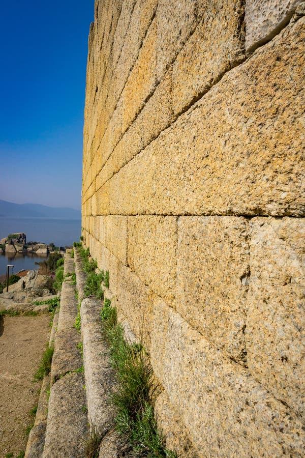 Temple de détail de mur d'Athéna de ville antique de Herakleia Latmos, montagnes de Besparmak Milas, Aydin, Turquie photo libre de droits