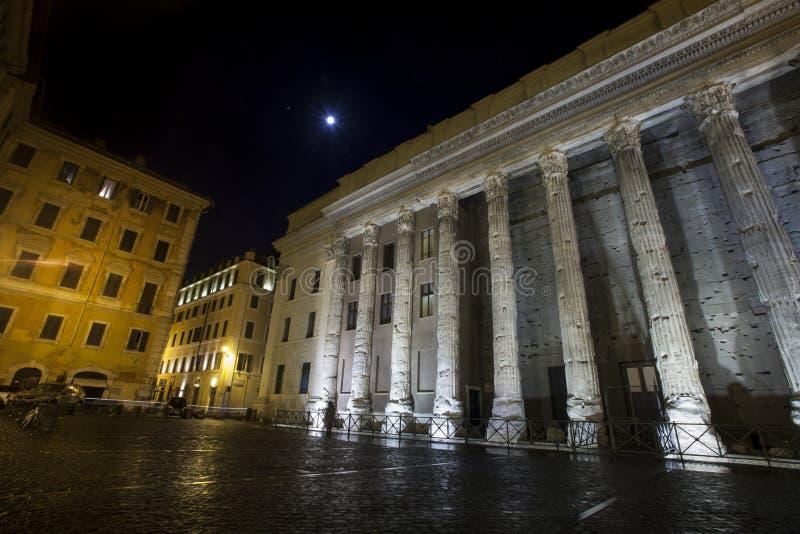 Temple de Hadrian, Piazza di Pietra Beaux vieux hublots à Rome (Italie) nuit photographie stock libre de droits