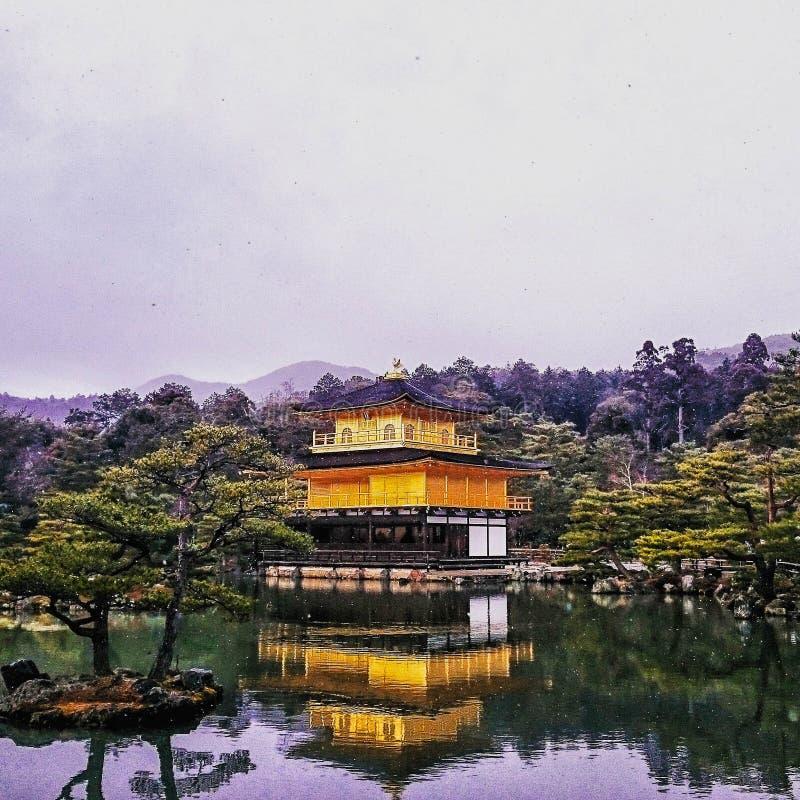temple de Kinkaku-JI le pavillon d'or avec la neige laissée tomber photos libres de droits