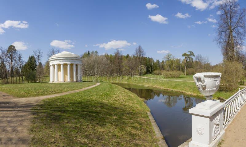 Temple de l'amitié en parc de Pavlovsky dans le jour d'été images stock