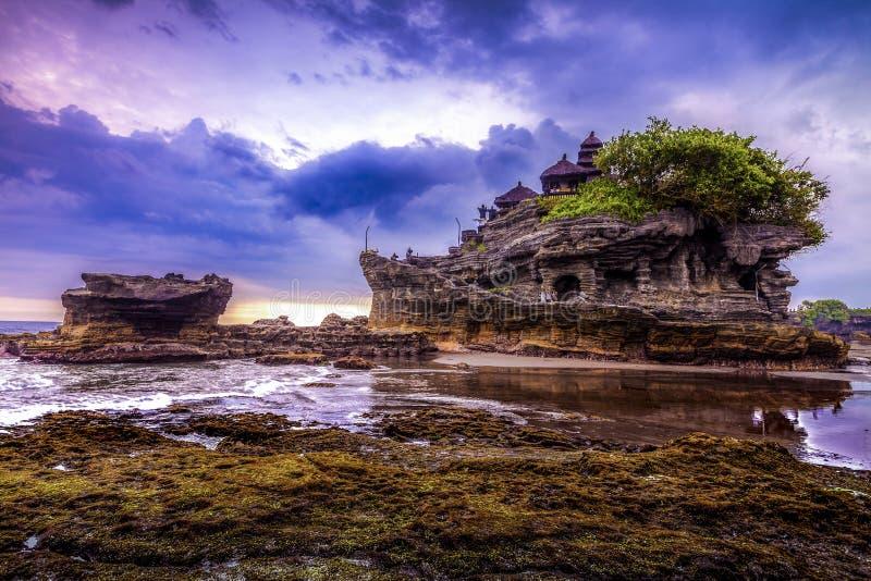 Temple de l'eau de sort de Tanah dans Bali Paysage de nature de l'Indonésie Borne limite célèbre de Bali photo libre de droits