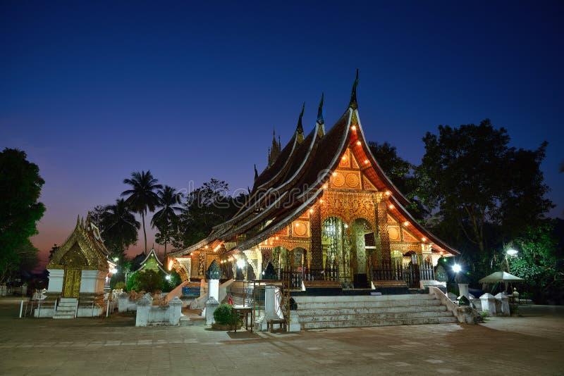 Temple de lanière de Wat Xieng au crépuscule, coup de Luang Pra, Laos image libre de droits
