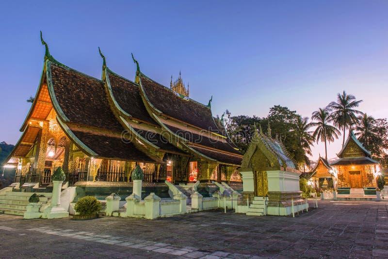 Temple de lanière de Wat Xieng au temps crépusculaire dans le coup de Luang Pra, Laos photo stock